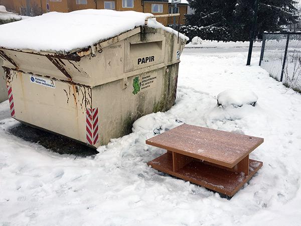 Søppelcontainer ved innkjøring til Mellomenga