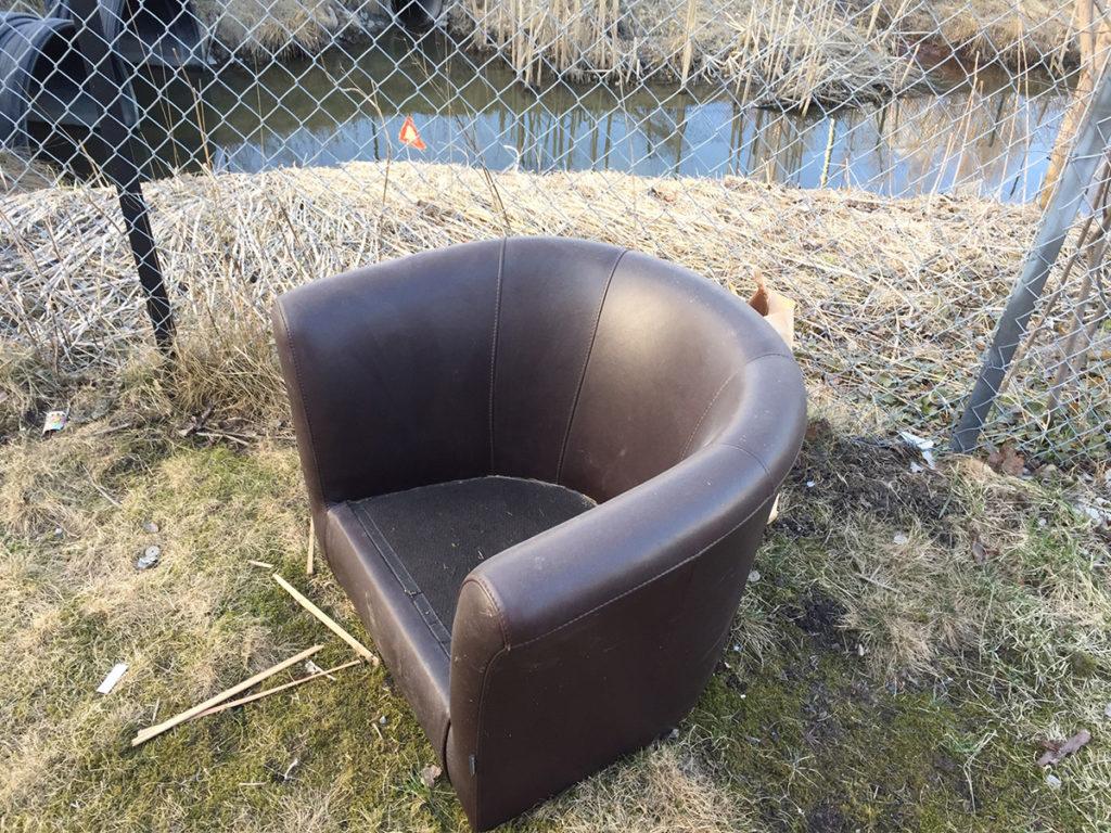 Ikke sett fra dere møbler som skal kastes ved containerne.